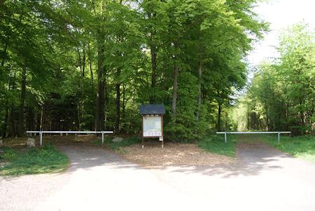 Eingänge mit Parkplatz und Schautafel